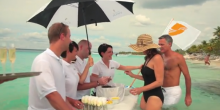 Caviarul servit in apa pe placa de surf - Seabourn